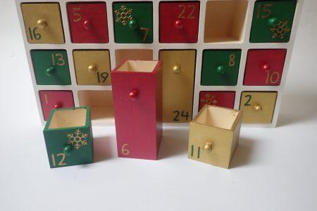 Fa adventi naptár - adventi naptár házikó - piros-zöld-arany-fehér