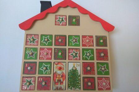 Fa adventi naptár - Adventi naptár házikó - piros, zöld bézs