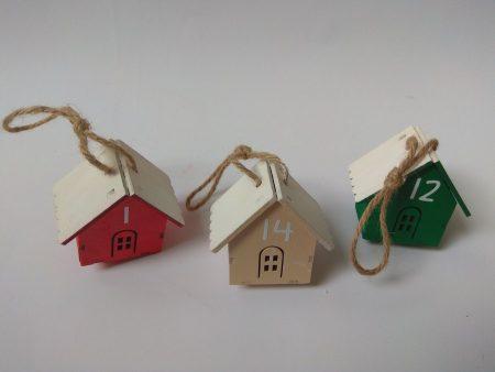 Adventi naptár - felakasztható fa házikók - piros, zöld bézs