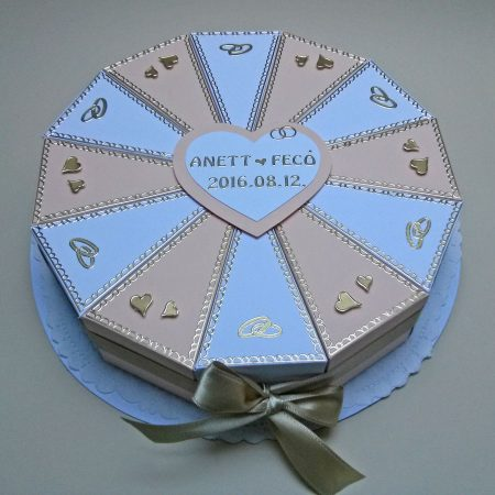 Pénzajándék papírtorta - 12 szeletes - bézs, fehér, arany díszítéssel, szívek, jegygyűrűk - esküvőre nászajándékba