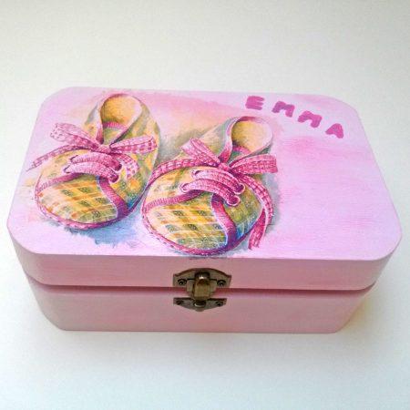 Díszített, festett rózsaszín fa doboz kislánynak, babának, keresztelőre, babaszületésre - babacipővel, névvel