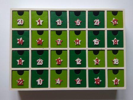 Fa adventi naptár - fehér alapon, piros, zöld, díszítéssel, fa számokkal - Pénzajándékok