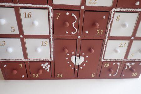 Fa adventi naptár - adventi naptár házikó - mézeskalács házikó barna, fehér