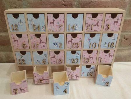 Fa adventi naptár - bézs alapon, rózsaszín és kék díszítéssel, fa számokkal - Pénzajándékok