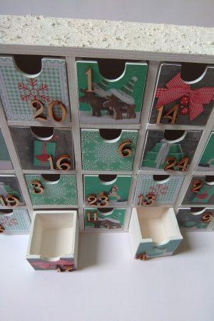 Fa adventi naptár - nagy méretű, tartós adventi naptár fából - fehér, zöld, fa számokkal