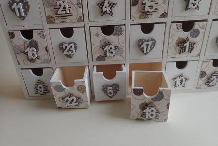 Fa adventi naptár - nagy méretű, tartós adventi naptár fából - fehér, ezüst, barna