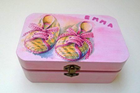Fa babás doboz - festett, díszített rózsaszínű doboz kislányoknak - babaszületésre, keresztelőre - Pénzajándék