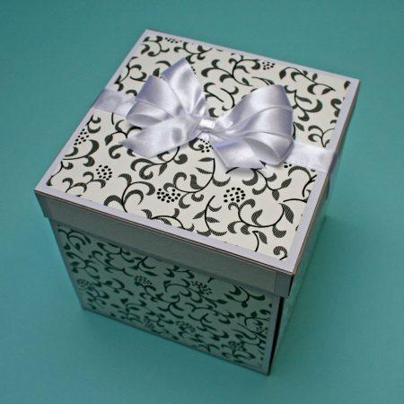 17x17 cm-es meglepetésdoboz esküvőre, nászajándékba - fekete-fehér virágos, kívülről - nászajándék