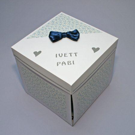 17x17 cm-es meglepetésdoboz esküvőre, nászajándékba - fehér, kék apró virágos kívülről - nászajándék