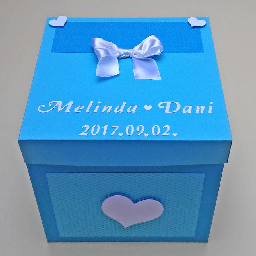Meglepetésdoboz esküvőre, nászajándékba - kék árnyalatok, fehér - masnival, szívekkel - doboz kívülről