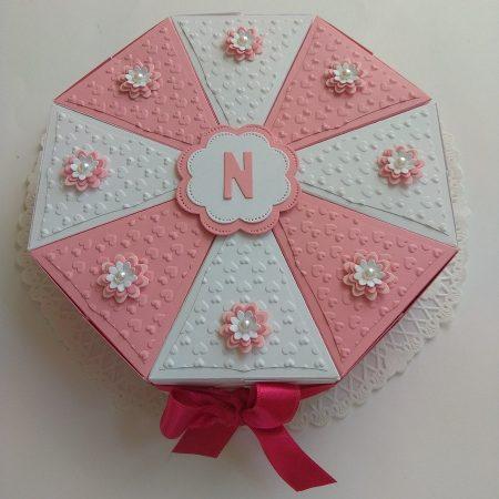 Papírtorta születésnapra - 8 szeletes, fehér-rózsaszín torta virágokkal - Pénzajándék