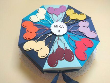 Papírtorta születésnapra - 12 szeletes torta óvodásoknak - kék szeletek színes lufikkal - Pénzajándék
