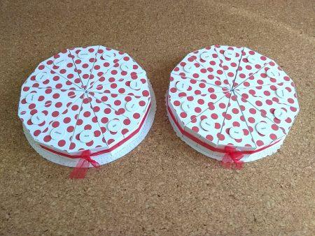 Papírtorta születésnapra - két 12 szeletes torta óvodásoknak - piros pöttyös, nevekkel - Pénzajándék