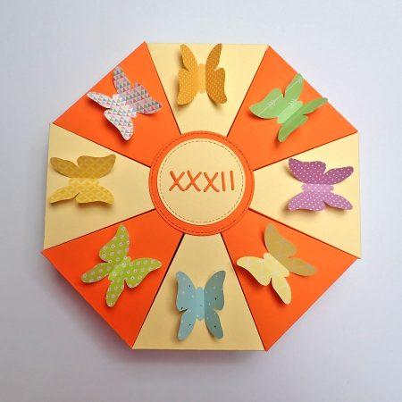 Papírtorta születésnapra - sárga, narancssárga, pillangós
